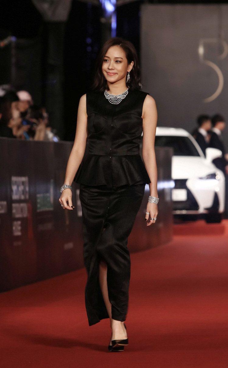 三金影后林嘉欣配戴伯爵珠寶現身2016年金馬53星光紅毯。圖/伯爵提供