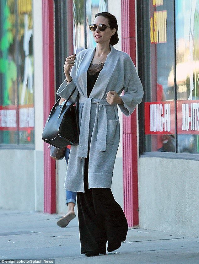 安潔莉娜裘莉向來喜歡黑色包款,拎Bancroft展現國際巨星的風采。圖/MICH...
