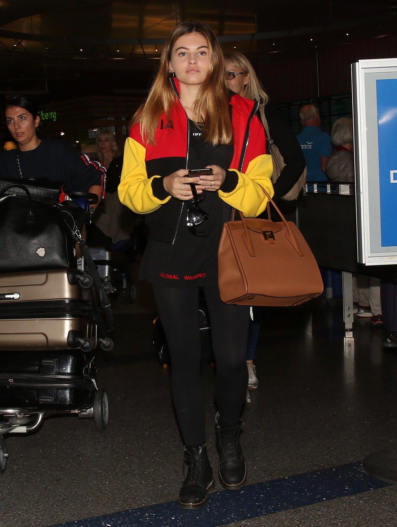 Thylane Blondeau手持Bancroft包現身洛杉磯機場。圖/MIC...