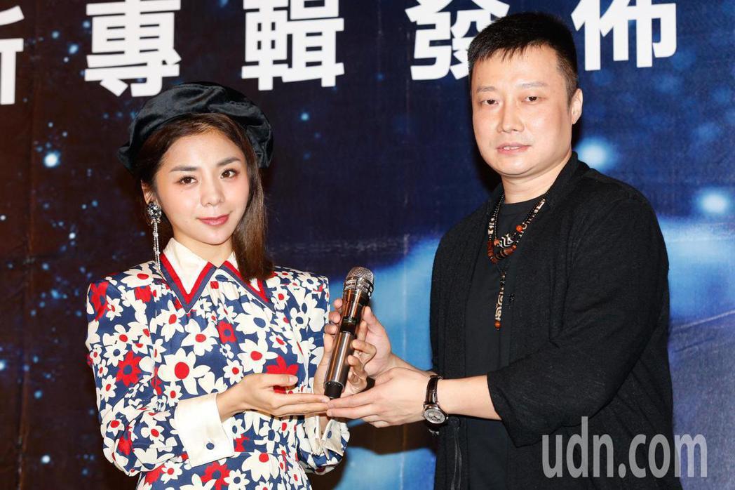 創作才女金玟岐(左)下午在君品酒店舉行首度來台記者會,老闆送上「我是歌手」等級的