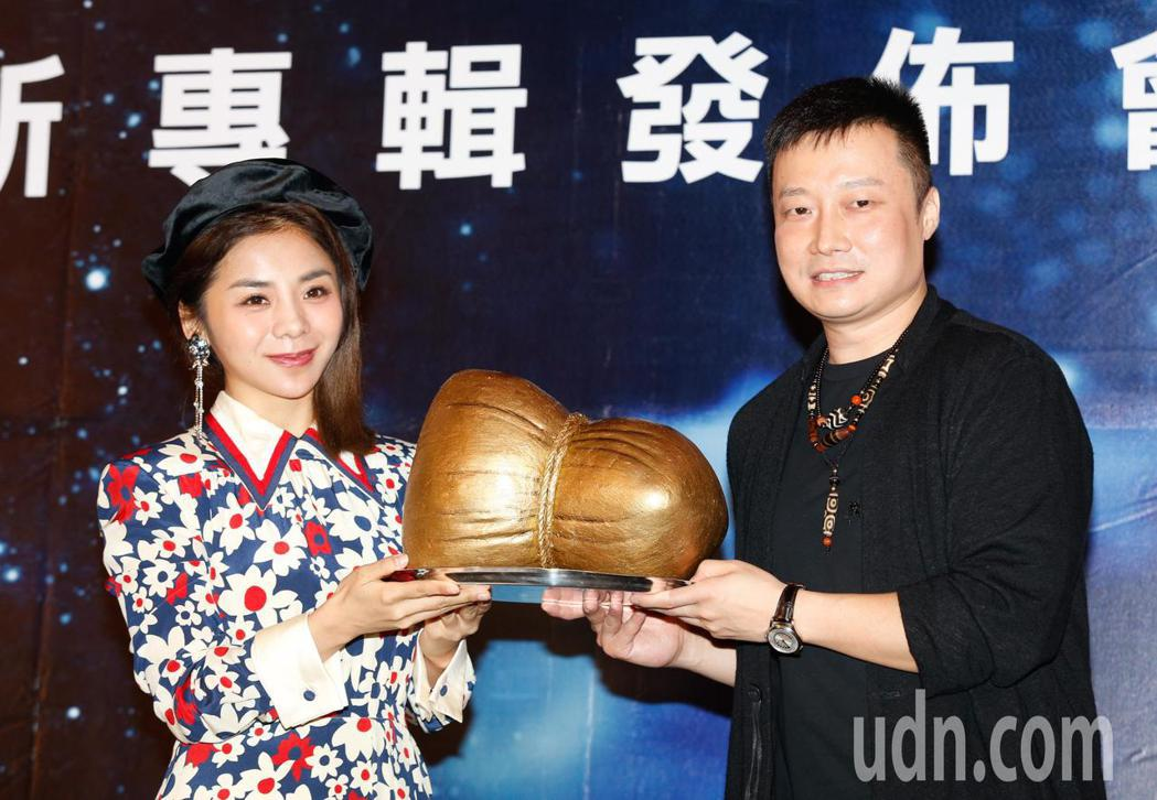 創作才女金玟岐(左)下午在君品酒店舉行首度來台記者會,老闆送上「金粽」祝她演唱會...