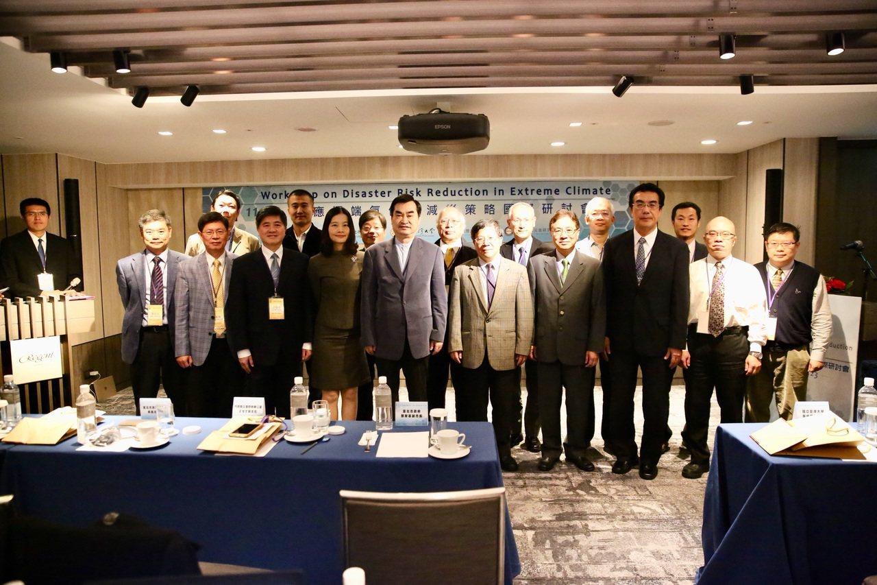 台北市消防局辦理「因應極端氣候之減災策略國際研討會」,邀請學者演講,分析未來可能...