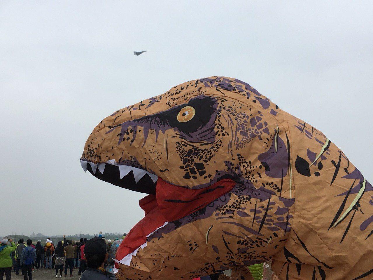 民眾穿恐龍裝到空軍基地參觀,還與幻象機合影。記者郭宣彣╱攝影
