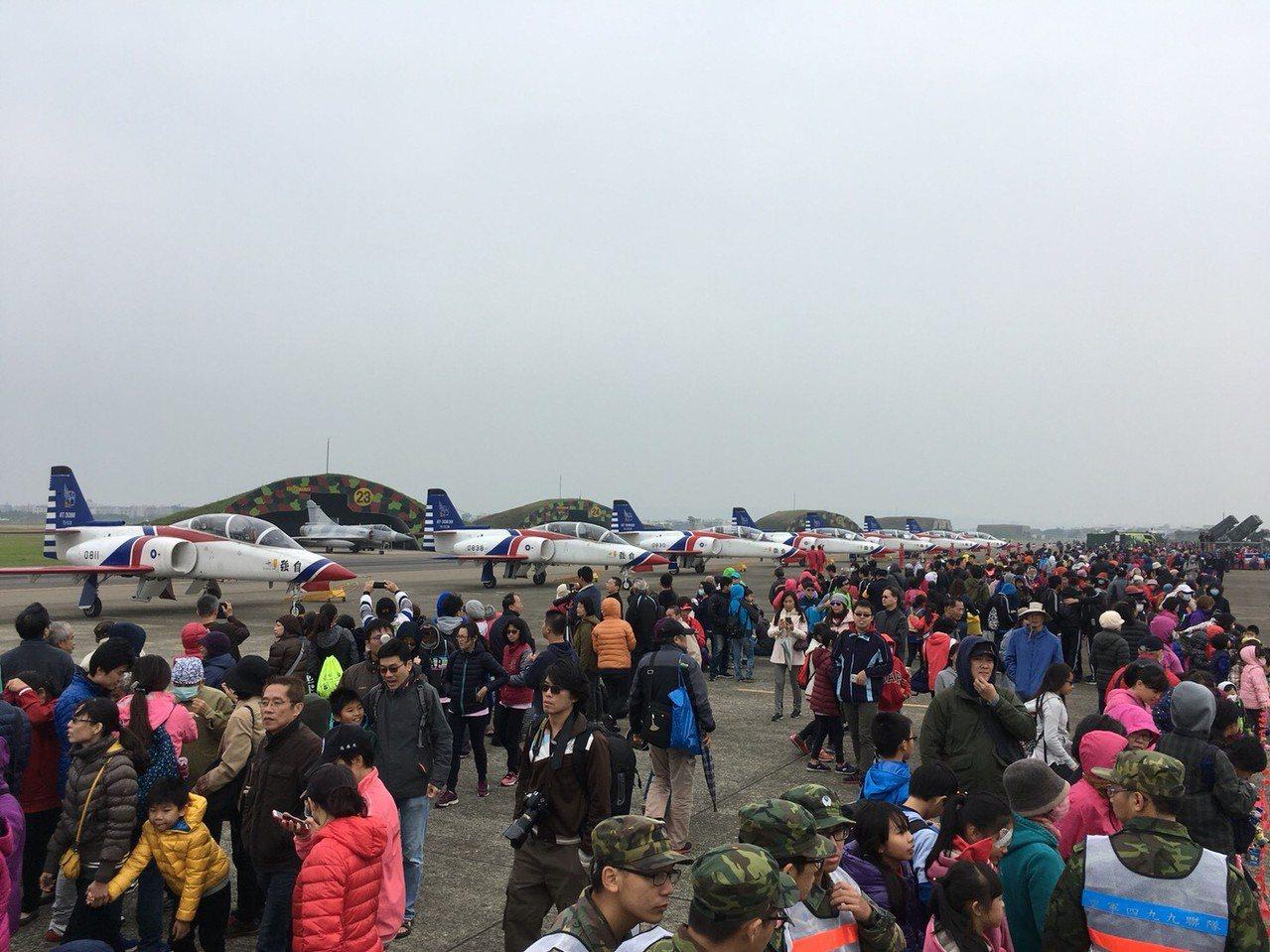 今天上午基地開放,雖然天氣陰冷,但不滅民眾熱情,一早就進入空軍基地。記者郭宣彣/...