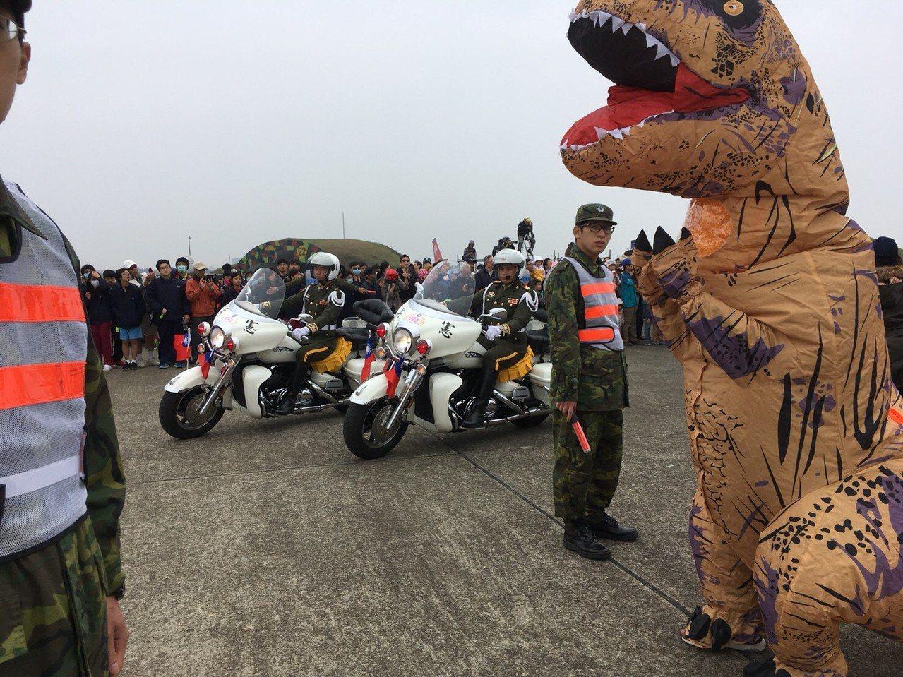 有民眾穿恐龍裝到空軍基地參觀,小朋友搶著合影、碰觸。記者郭宣彣╱攝影