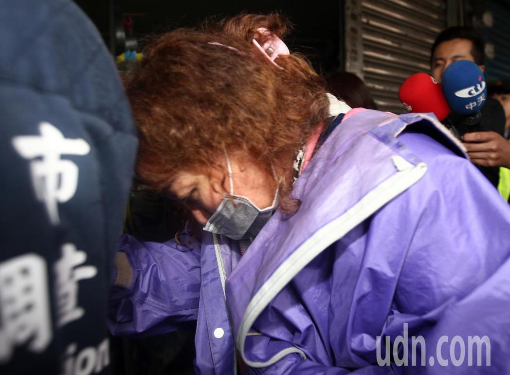 新北市中和區興南路二段火警釀成9死2傷慘劇,警方兩度把連姓女房東帶到現場了解隔間...