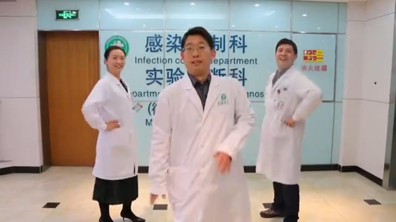 上海長海醫院仿效高雄榮總大跳抖肩舞,眾人從室內一路抖到室外,讓大陸網友直呼「笑抽...