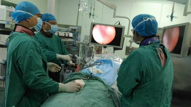 亞洲大學附屬醫院神經外科主任林志隆(左前)為內蒙古醫師示範椎脊內視鏡。圖/亞洲大...