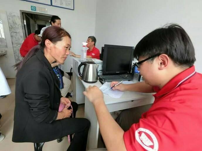 亞洲大學附屬醫院腫瘤及關節重建科主任王大翊(右)在內蒙古義診,同時體會沒有X光和...