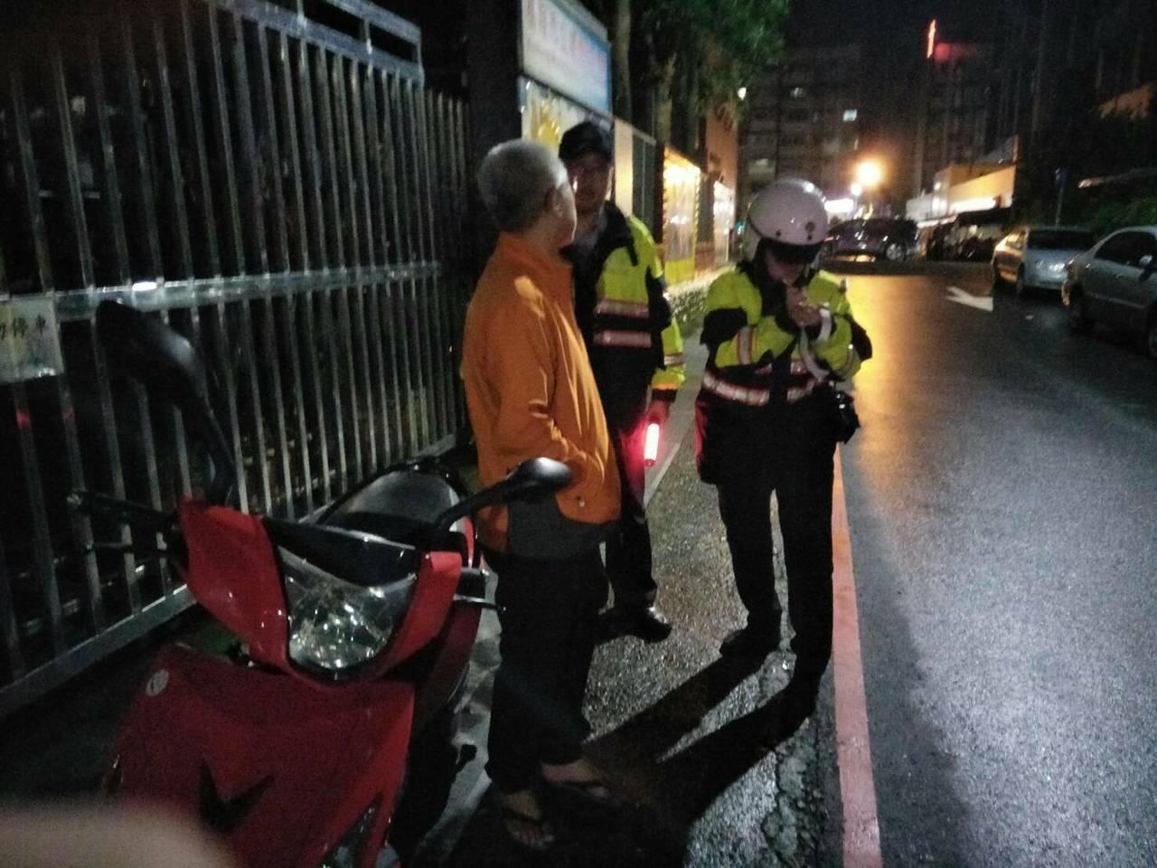 戴男喝了罐啤酒還騎車回家,正巧被協助老人過馬路的員警攔下送辦。記者曾健祐/翻攝