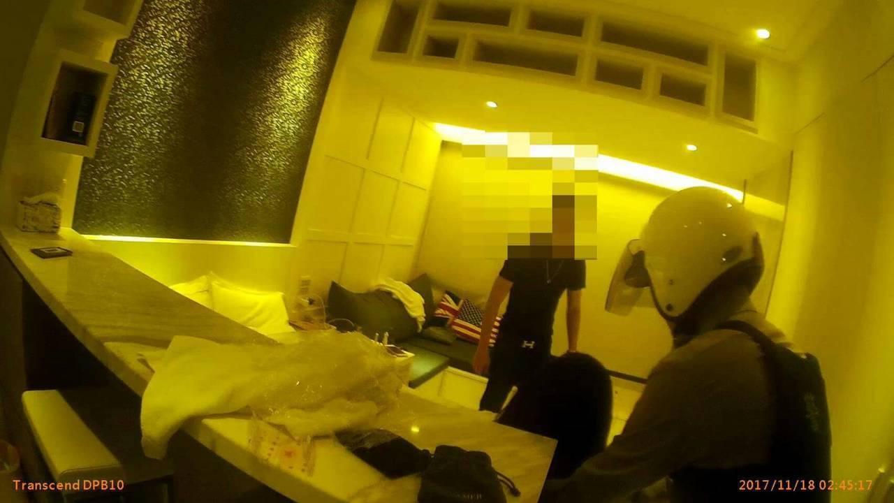 大安警分局警員曾柏雅,幫助酒醉路倒的美國夫妻返回飯店。記者廖炳棋/翻攝