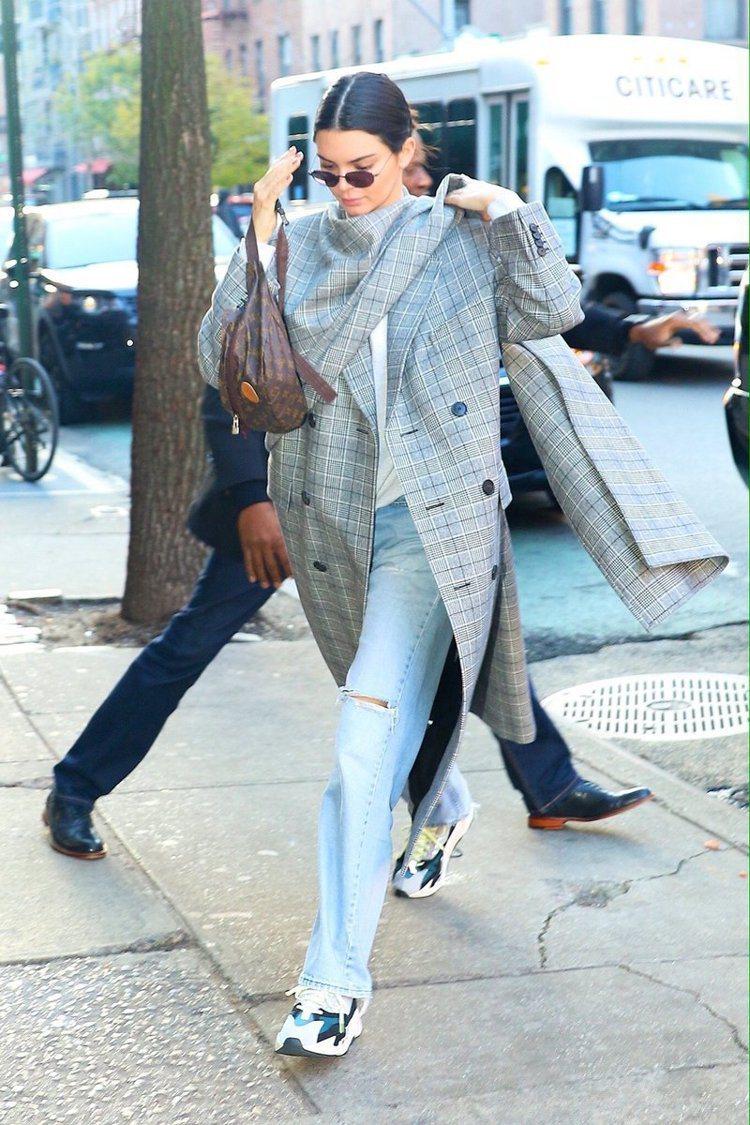 名模坎達爾珍娜近日穿著一件Balenciaga灰色格紋大衣上街,不對稱的剪裁加深...