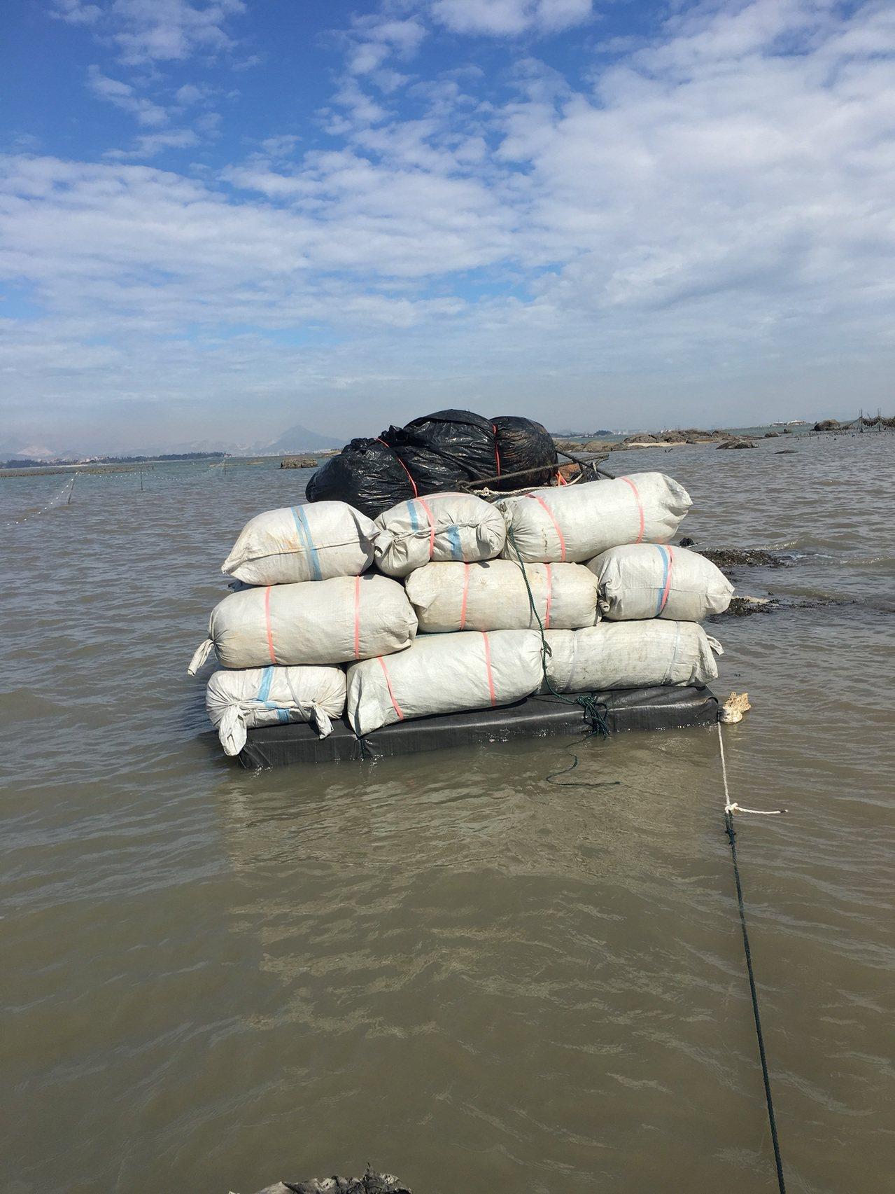 金門岸巡總隊查獲新的走私手法,賣家直接將貨品放在海上的浮動平台,讓私梟趁夜自行來...