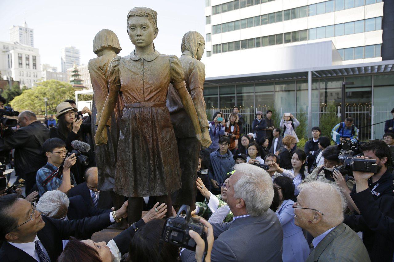 慰安婦少女塑像9月22日在美國舊金山中國城附近舉行揭幕儀式。美聯社