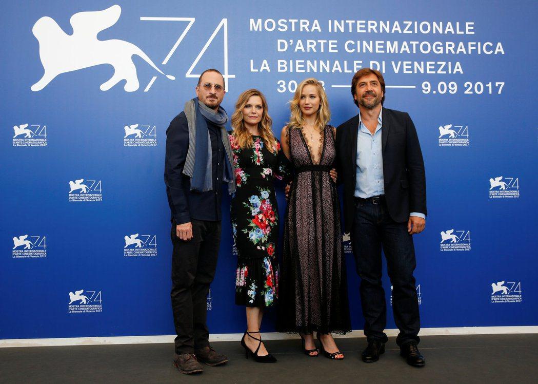 戴倫艾隆諾夫斯基、蜜雪兒菲佛、珍妮佛勞倫斯、哈維爾巴登出席「母親!」威尼斯影展首...