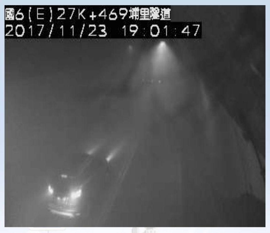國道六號埔里隧道東向約27.5K處傳火燒車意外,隧道內一度煙霧瀰漫,能見度極差。...