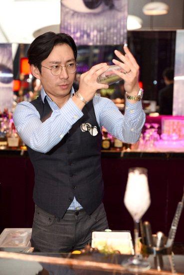 世界級冠軍調酒師Cross Yu客座紫艷酒吧「艷上海」活動。圖/台北W飯店提供 ...