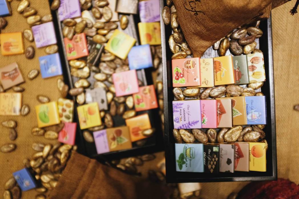 比利時巧克力片共15款特色口味,如台灣烏龍茶、薰衣草奶茶等。記者沈佩臻/攝影