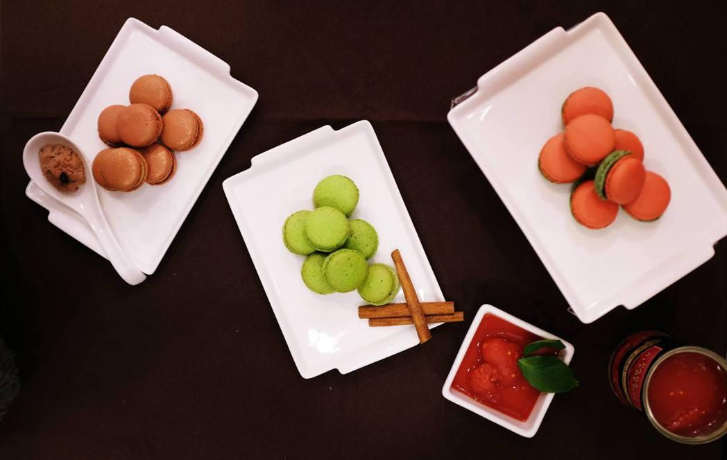 鹹味馬卡龍番茄羅勒(右)、肉桂蘋果(中)、 鵝肝佐焦糖蘋果(左),禮盒售價360...