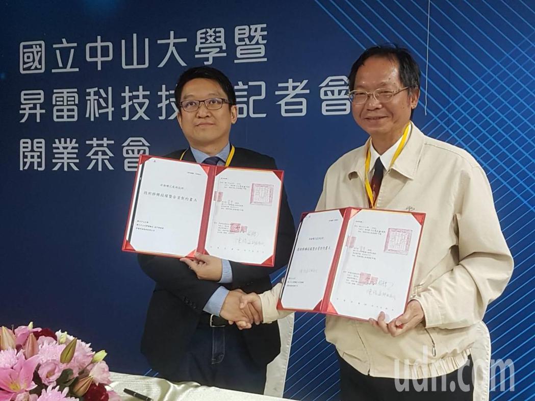 中山大學副校長陳陽益(右)與昇雷科技董事長周育良(左)進行技轉簽約,未來將以「非...
