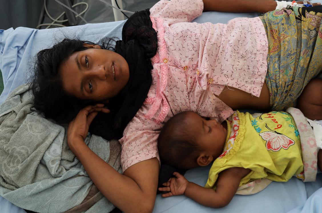 難民營醫院裡的洛興雅難民母子。路透