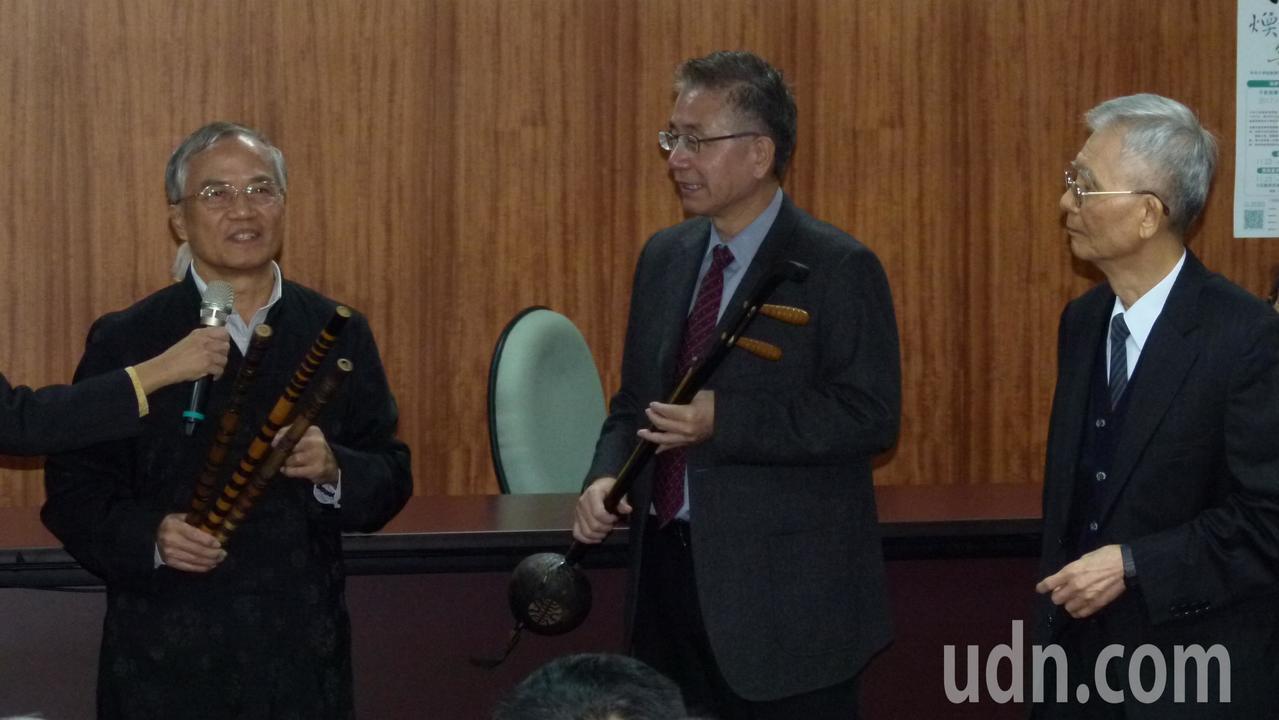 笛師蕭本耀捐贈徐炎之曲笛等樂器3件,並代表白其龍捐贈三弦等樂器兩件提供崑曲博物館...