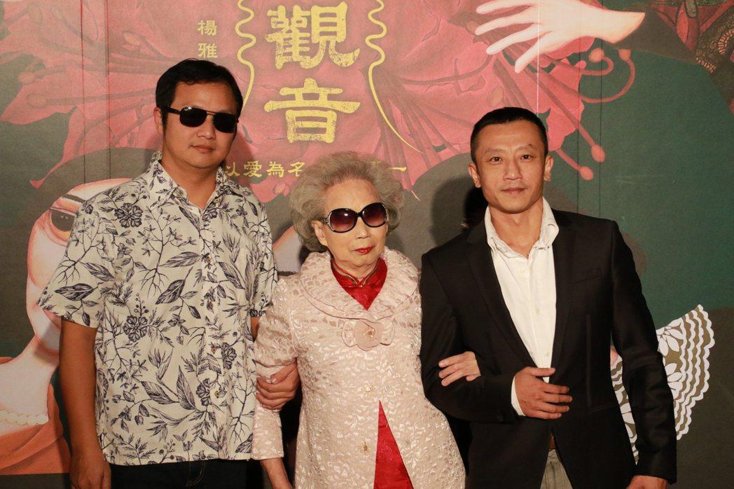 「血觀音」裡有特殊存在地位的「微笑唸歌團」儲見智(左起)、楊秀卿和導演楊雅喆一起...