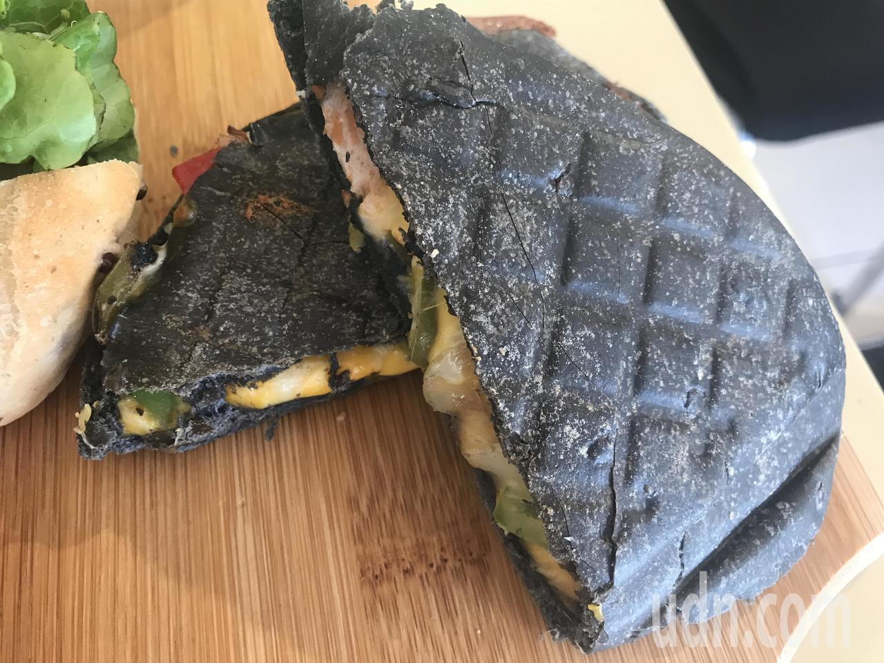 竹炭古巴三明治包進濃濃起司、酸黃瓜、青椒等,餅皮Q彈有嚼勁,內餡豐富又營養。記者...