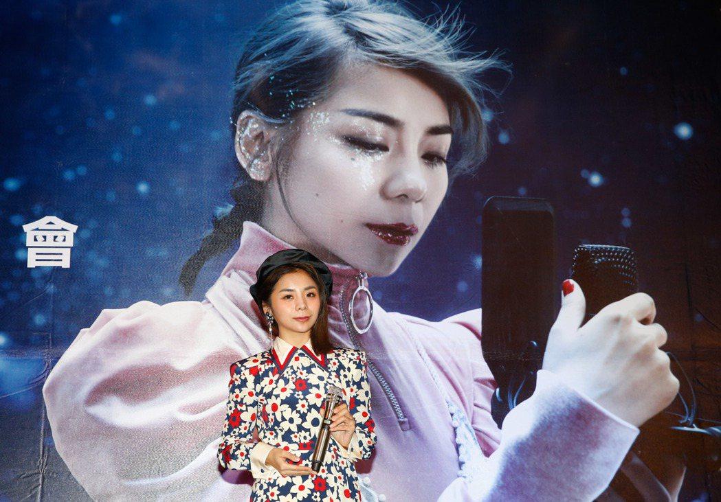 大陸歌手金玟岐在君品酒店舉行首度來台記者會,老闆送上「我是歌手」等級的麥克風給她
