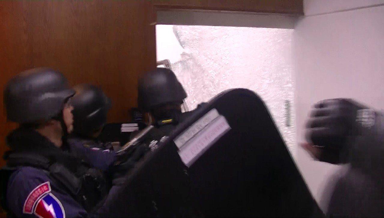 霹靂小組攻擊,擊破強化玻璃。圖/警方提供