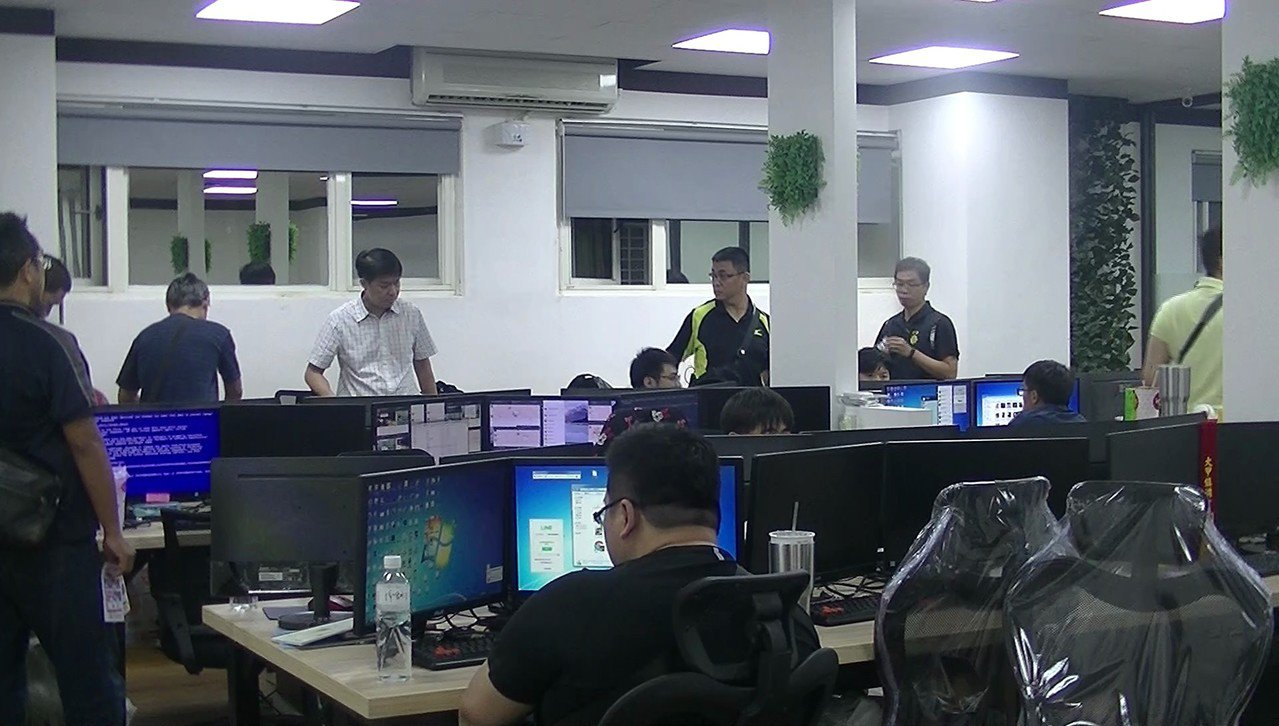 非法簽賭站隱身於花蓮市區的一處4樓透天厝中,而樓上就是洗腎中心。圖/警方提供