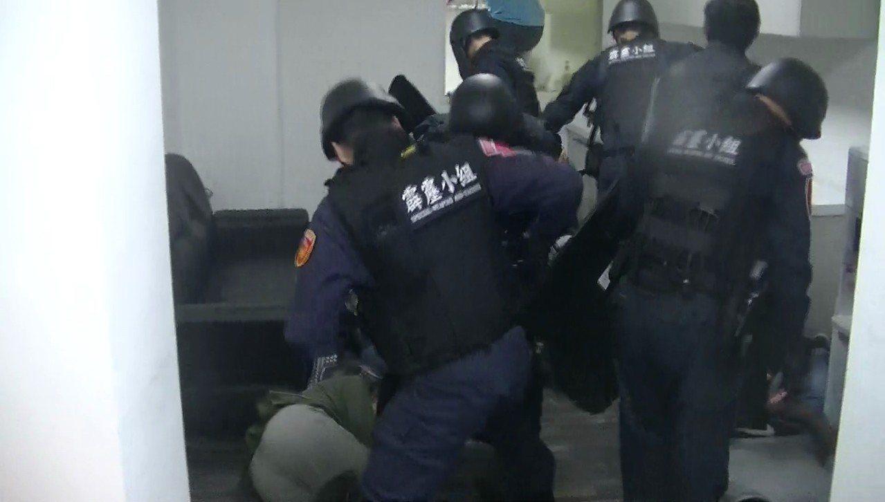 警方當場控制涉嫌的14名男女。圖/警方提供