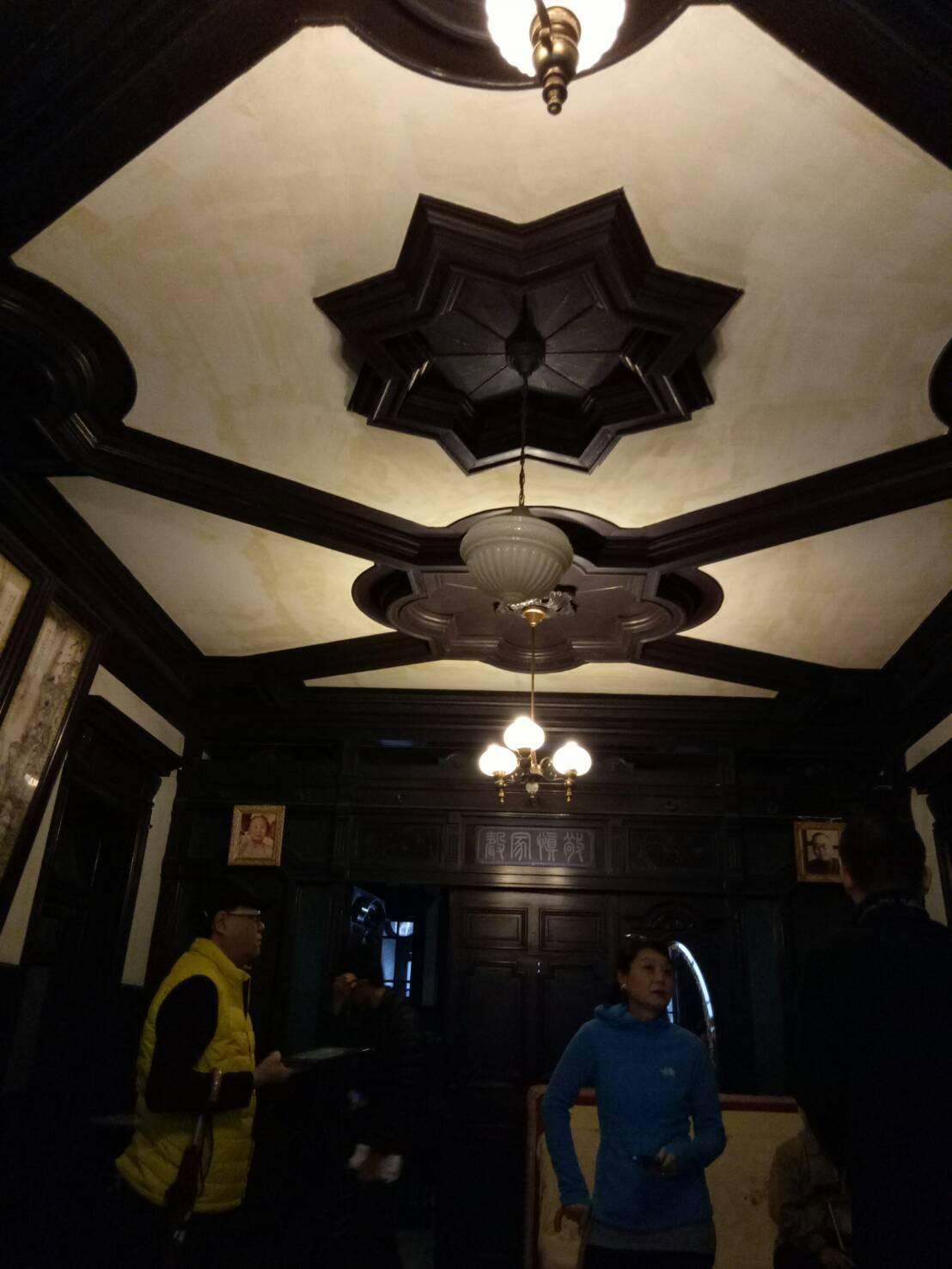 「陳天來故居」內部大廳雖然疏於維護,但仍難掩當年風華。記者吳思萍/攝影