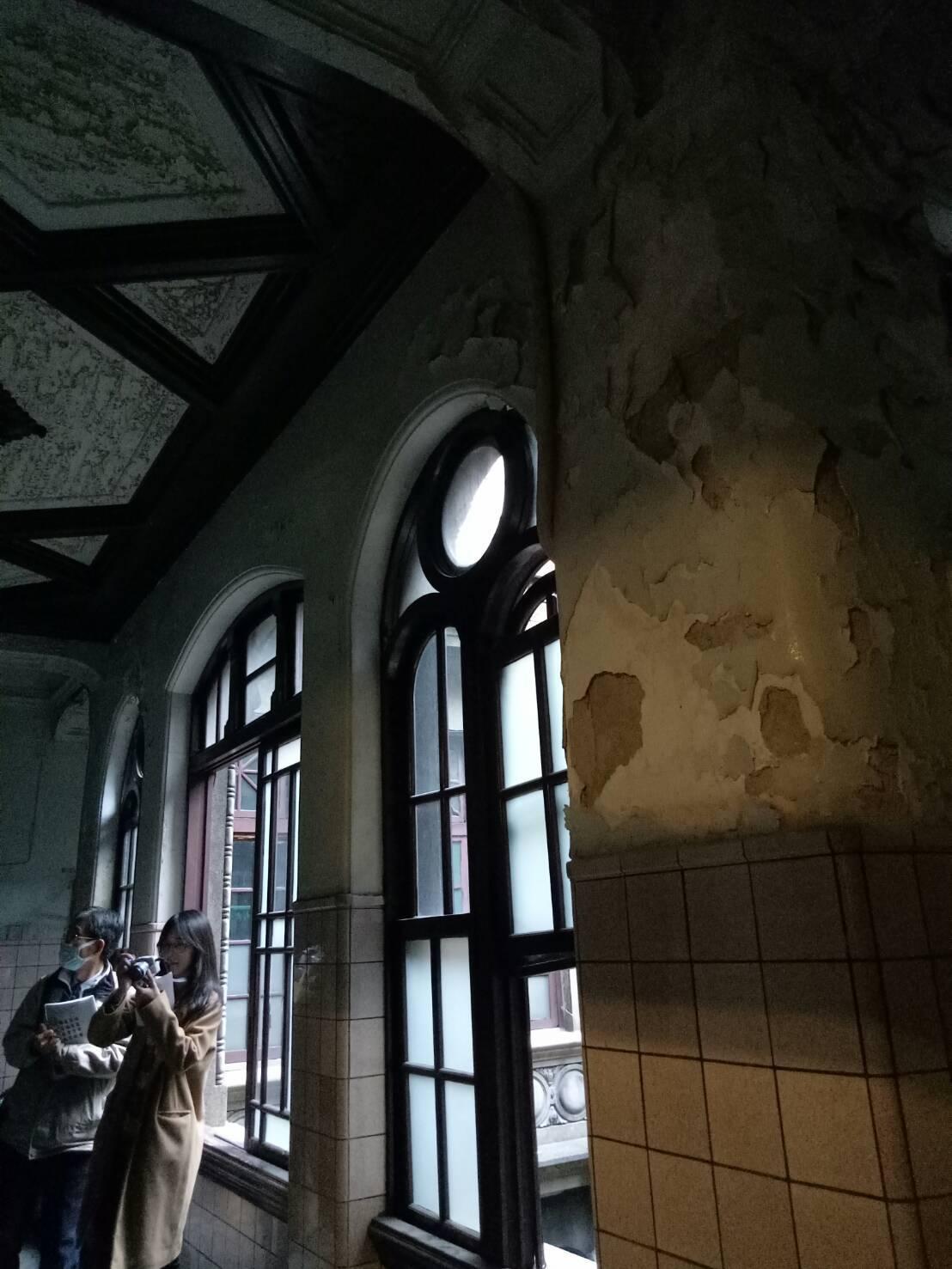 「陳天來故居」疏於維護,內部漏水毀損古蹟。記者吳思萍/攝影