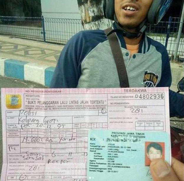 印尼建築工人「波麗士」無照駕駛被開罰單。(圖/BBC、SATLANTASPASU...