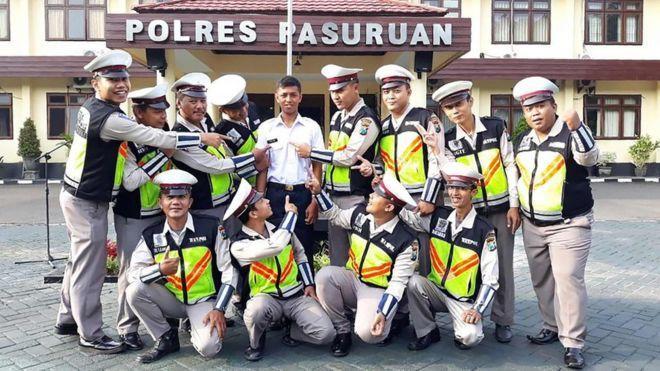 印尼警察與「波麗士」(後排中)合照。(圖/BBC)