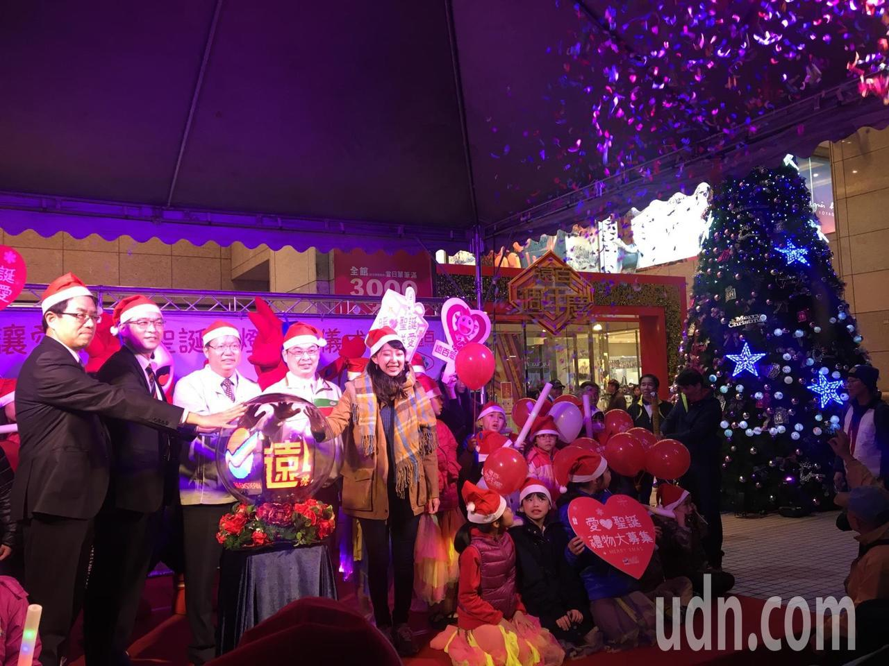 耶誕節就快到了,桃園遠東百貨今年適逢50周年,在桃園站前打造高7公尺的巨型耶誕樹...