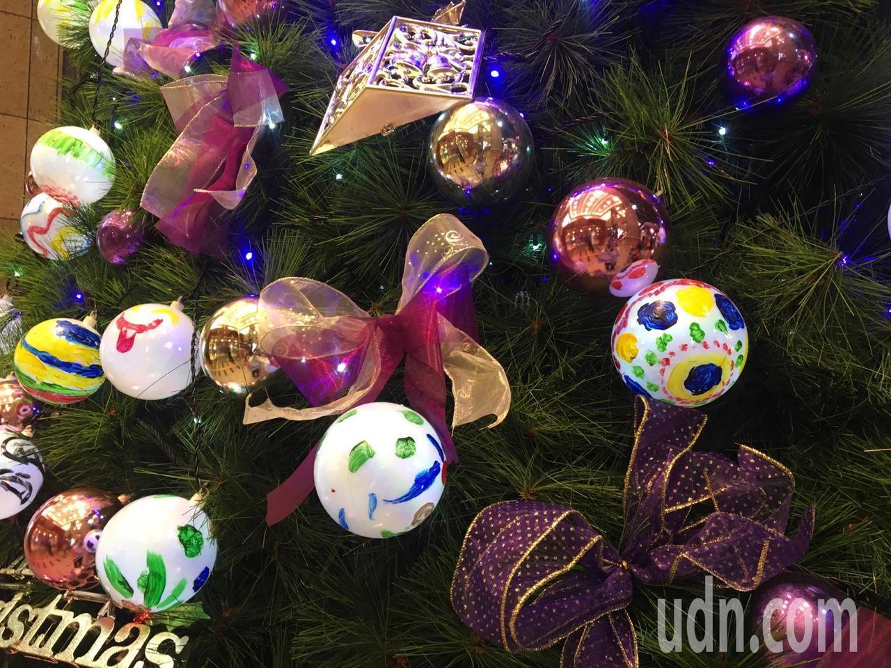 今年也是桃園家扶中心50歲生日,遠百邀請百名家扶兒彩繪裝飾用的耶誕燈泡,今晚攜手...