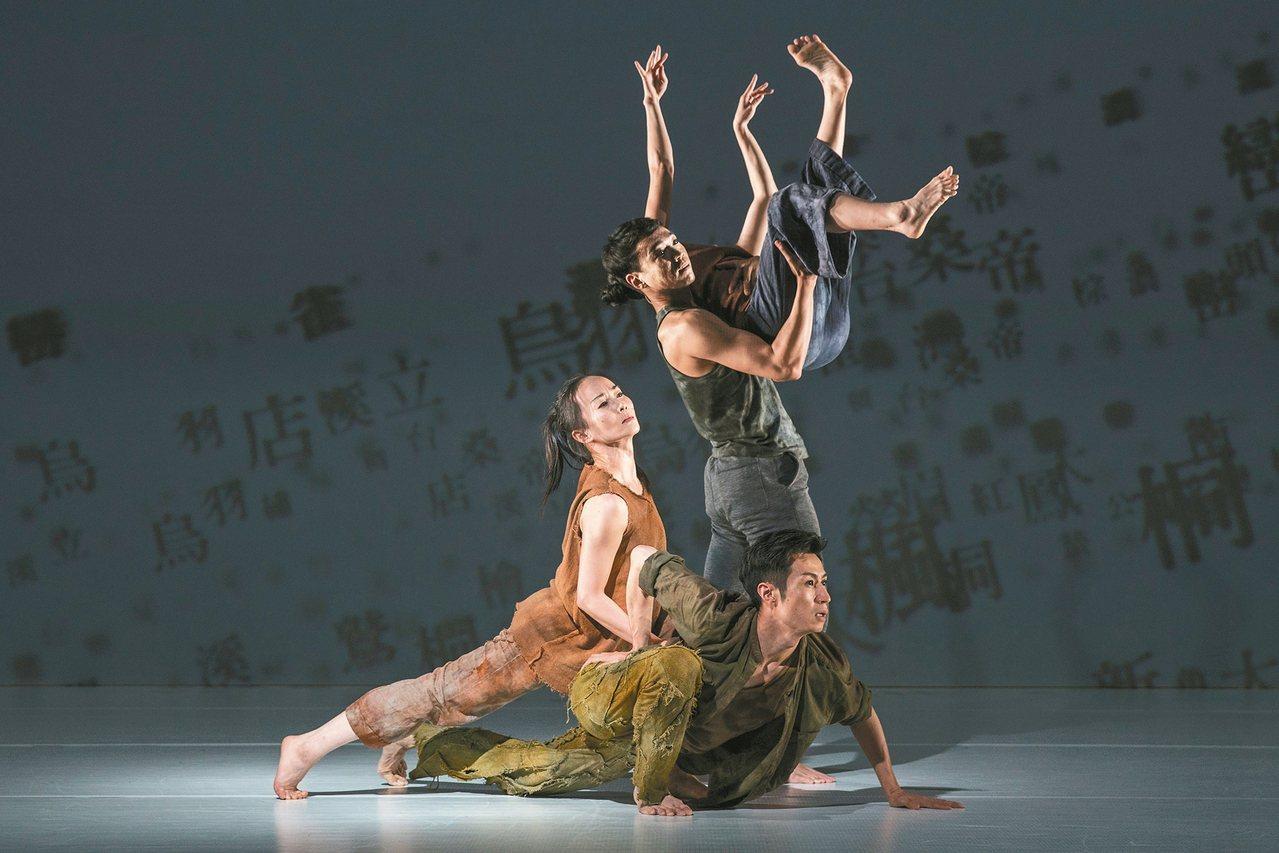 林懷民和他的舞者們,以舞蹈空間換置了我們眼球瞪視的空間,如夢中長廊,如夢中列車,...