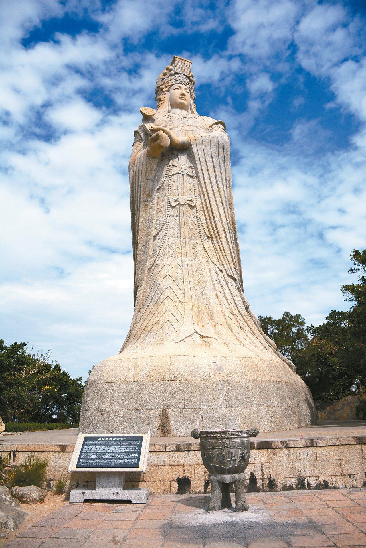 湄洲島最高峰上立著媽祖石雕像,是湄洲島的觀光標誌。 記者樊德平/攝影