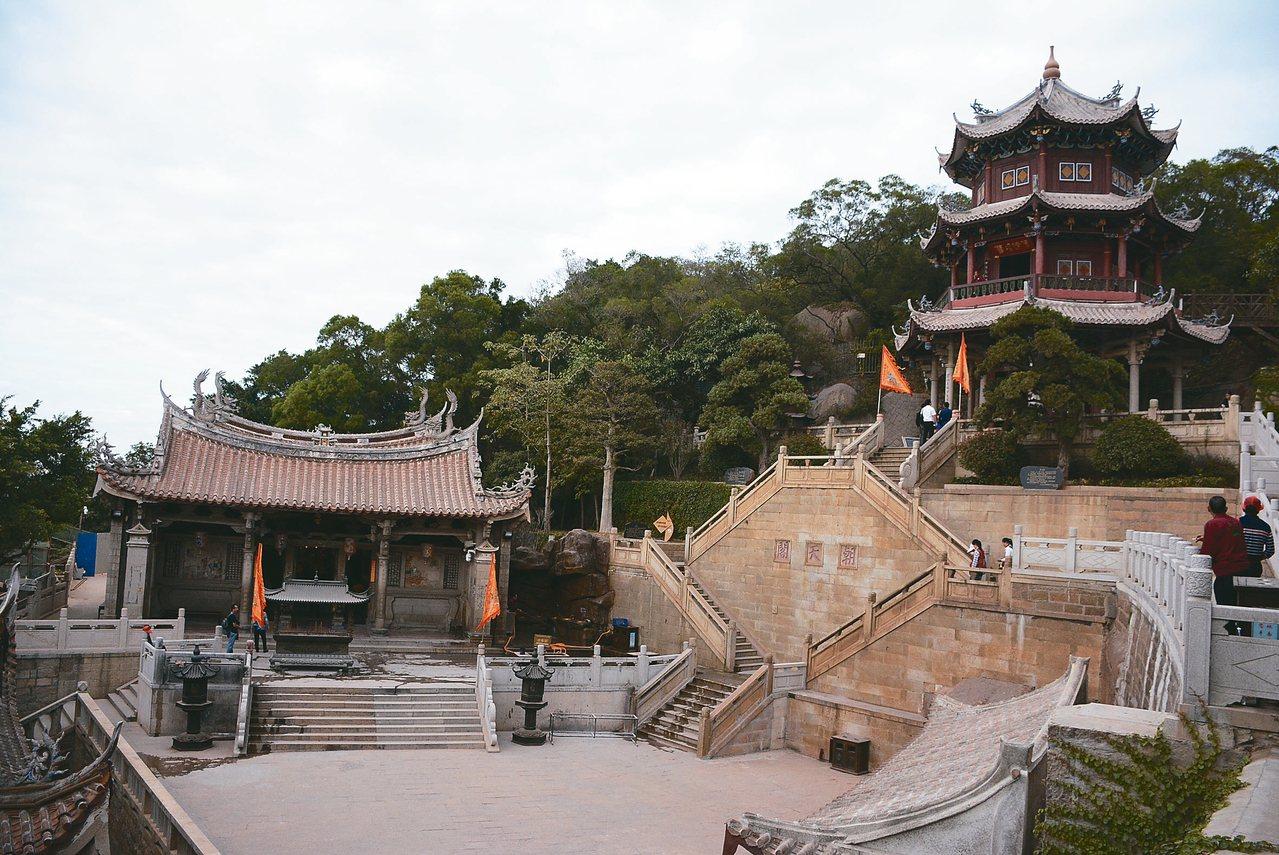 天后殿(左)與朝天閣。 記者樊德平/攝影