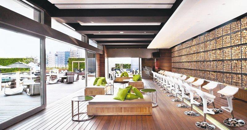 台北W飯店提供池畔酒吧包場服務。 圖/台北W飯店提供