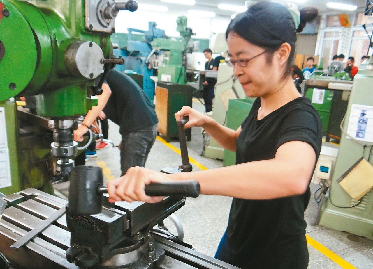 女同學鄭月萍不讓鬚眉選讀機械工程系,讓人刮目相看。 記者蔡維斌/攝影