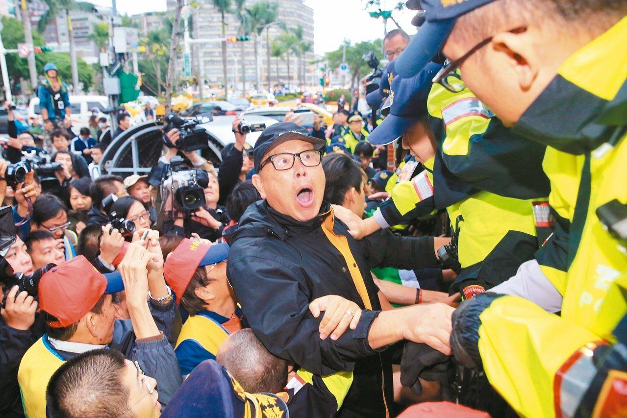 勞工團體昨天號召民眾到立法院前抗議,要求停止過勞修法,民眾試圖翻牆闖入立院,遭優...
