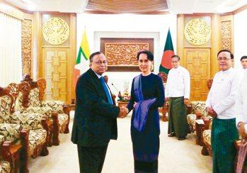 孟加拉外長阿里(左)廿三日訪問緬甸,會見緬甸國務資政兼外長翁山蘇姬。 法新社