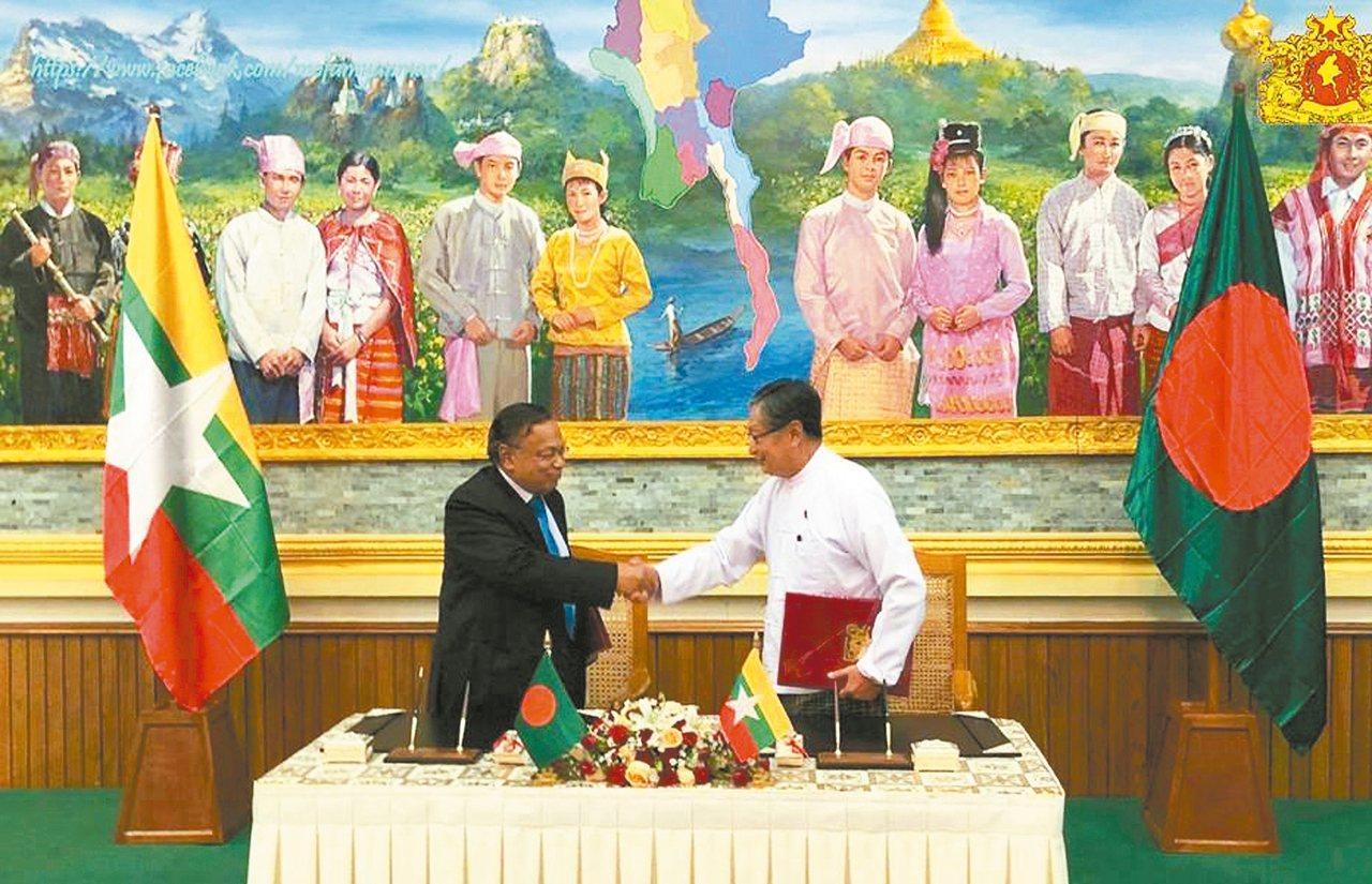 緬甸國務部長覺丁瑞(右)與孟加拉外長阿里(左)廿三日在緬甸首都奈比多簽署協議,讓...