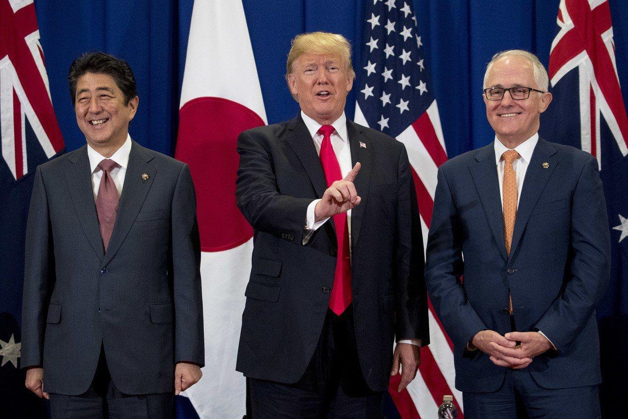 澳洲總理滕博爾(圖右)正在菲侓賓馬尼拉參加東協峰會。 美聯社