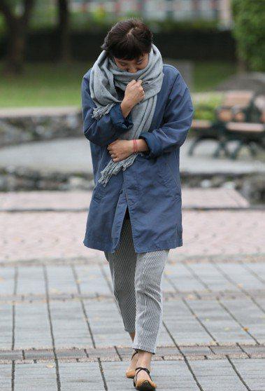 台北氣溫下降,路上逛街民眾紛紛披上圍巾、帽子,對抗又濕又冷的天氣。報系資料照/記...