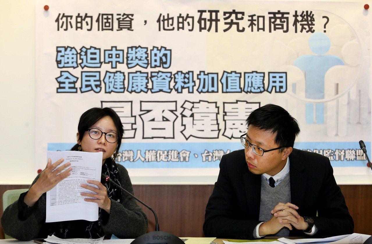 台灣人權促進會理事長翁國彥(右)和秘書長邱伊翎(左)和民間團體,宣布將委託律師正...