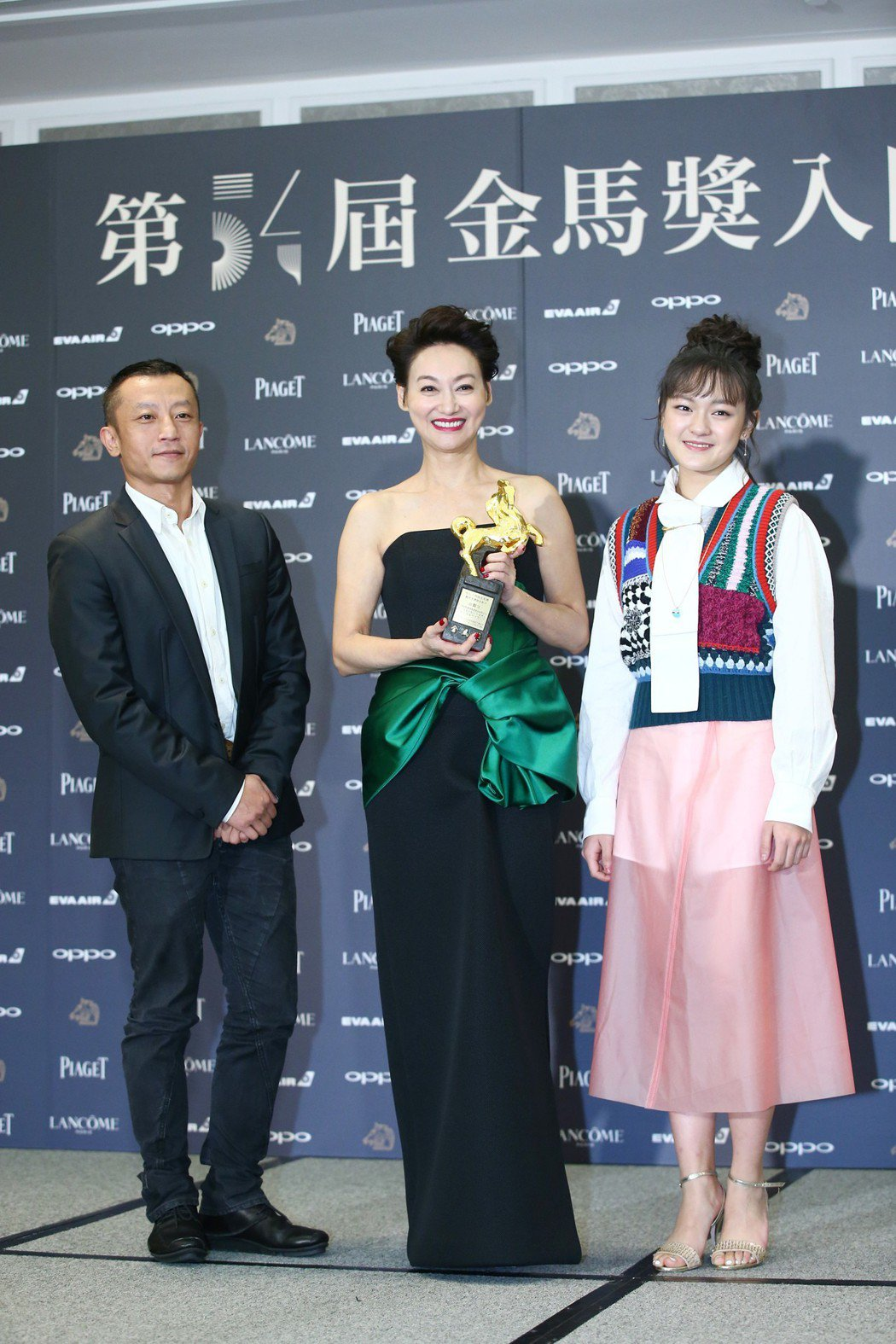 金馬獎觀眾票選最佳影片獎由血觀音獲得,導演楊雅喆(左起)、演員惠英紅、文淇出席金...